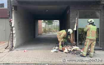 Jonge bestuurder ramt gevel appartementsgebouw