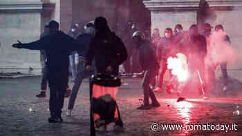 Roma, a piazza del Popolo disordini durante la manifestazione: scene di guerriglia in mezzo al traffico