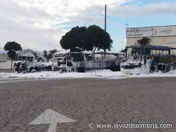 Arden seis autobuses y camiones en una gasolinera de Campohermoso - La Voz de Almería