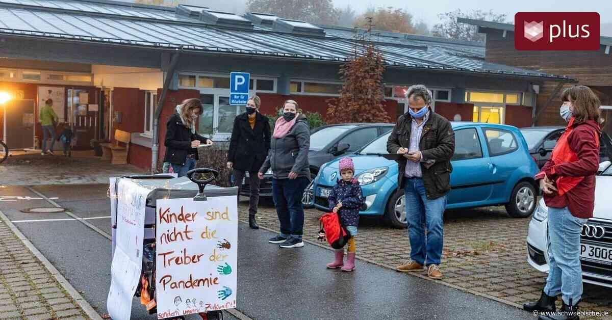 Erzieherinnen mit Maske: Kita-Eltern in Lindau wehren sich - Schwäbische