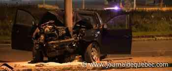 [PHOTOS] Une voiture encastrée dans un lampadaire à Vanier