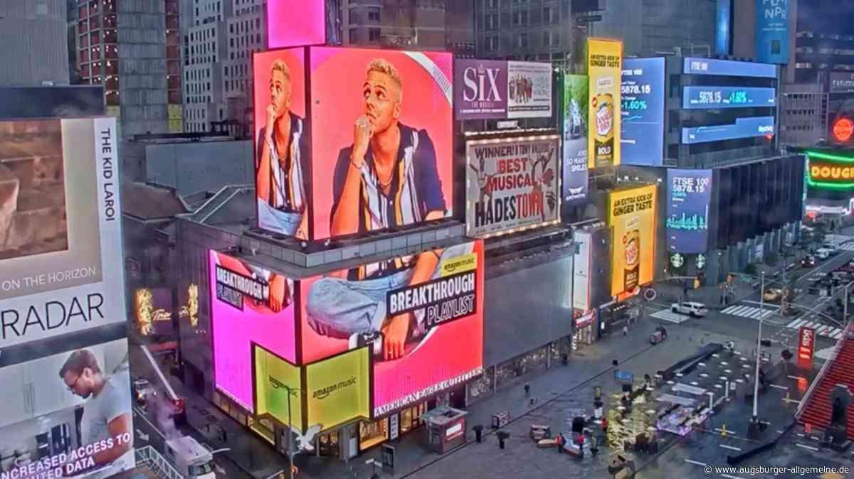 Landsberger Sänger Malik Harris auf dem New York Times Square zu sehen