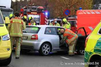 Hulpdiensten helpen vrouw uit auto na ongeval