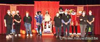 Foto. Sint-Maarten verwent coronavrij kinderen in De Balluchon met leuke show en snoepgoed (Deel 1)