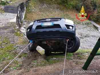 Auto in bilico sul greto di un torrente a Limone del Garda - Prima Brescia