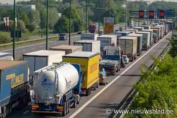 Vrachtwagens die inrijden op de file aan Oosterweelwerken? Het zou binnenkort verleden tijd moeten zijn met borden die files detecteren