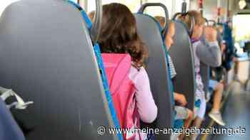 Auto rammt Schulbus: Über 20 Kinder verletzt - Rettungskräfte finden Unfallstelle nicht