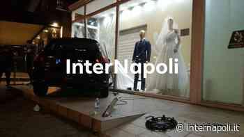Tremendo incidente tra Qualiano e Villaricca, auto si schianta contro vetrina di un negozio - InterNapoli.it