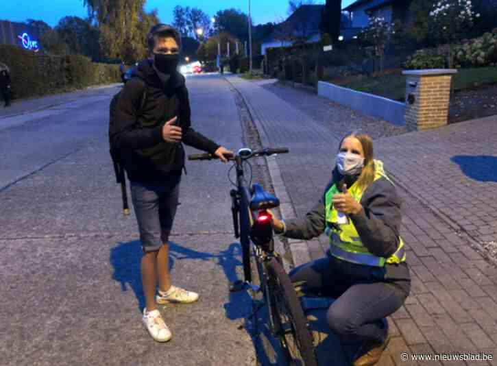 Fietsersbond deelt fietsverlichting uit aan scholieren