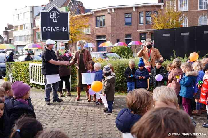 Zelfs de kleuterschool was erbij: klanten wuiven de drive-in-bakker uit op allerlaatste dag