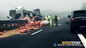 Incidente in A1, tir urta lo spartitraffico e perde il carico: chilometri di coda verso Roma