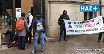 Klimarebellen kleben sich an die Deutsche Bank