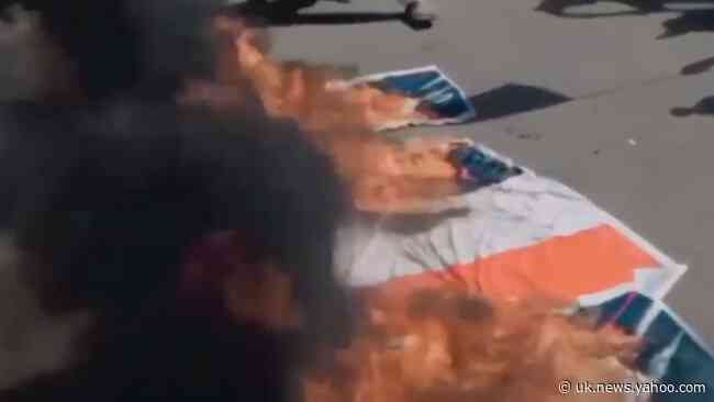 Karachi Protesters Burn French Flags as Thousands Demonstrate in Several Cities