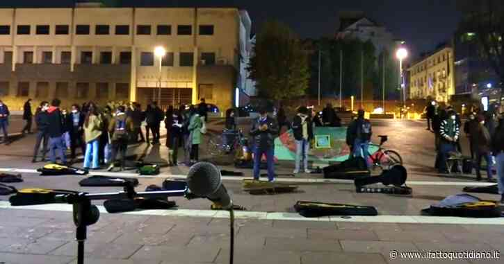 """Torino, aprono le custodie degli strumenti musicali senza suonare: """"Non possiamo farlo"""". Il flash mob degli artisti"""