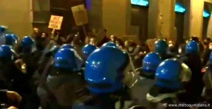 Firenze, lancio di bottiglie e scontri, carica della polizia durante la manifestazione contro le misure del nuovo dpcm