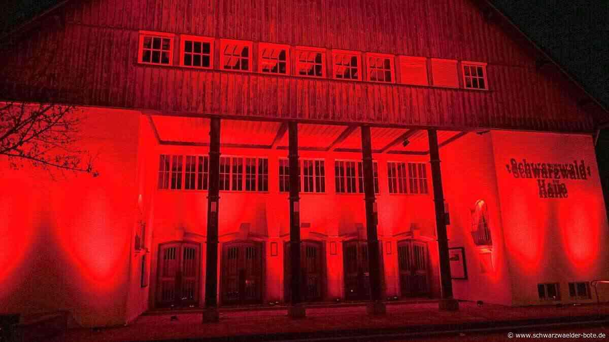 Baiersbronn: Rotes Licht als Zeichen der Solidarität in Zeiten großer Not - Baiersbronn - Schwarzwälder Bote