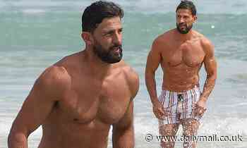 Tim Robards shows off his buff physique and washboard abs while going shirtless at the beach