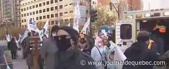 La FTQ manifeste devant les bureaux de François Legault