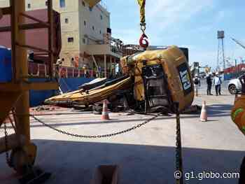 Retroescavadeira içada por guindaste despenca no porto de Vila do Conde, em Barcarena, no PA - G1