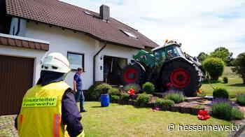 Malsfeld: Traktor kracht in Wohnhaus - Fahrer leicht verletzt - Hessennews TV