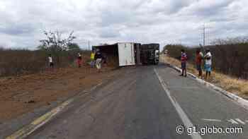 Caminhão carregado de barro tomba e interdita BR-427 em Currais Novos - G1