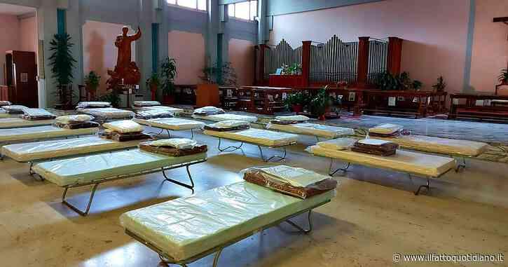 Piemonte, nel Covid hospital di Orbassano non c'è più posto: 70 brandine montate in chiesa - Il Fatto Quotidiano