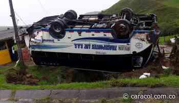 7 personas lesionadas dejó el volcamiento de un bus en Santa Rosa de Osos - Caracol Radio