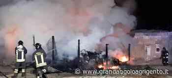 Porto Empedocle, rifiuti in fiamme in una casa abbandonata (ft,vd) - Grandangolo Agrigento