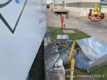 Castelnuovo Rangone, si sgancia il rimorchio di un autoarticolato e urta una cabina di riduzione del gas - Modena 2000