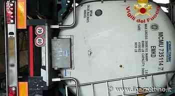 Cisterna con prodotti chimici si rovescia a Dolo: autista ferito Foto - Il Gazzettino