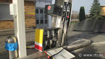 Lohfelden: Autofahrerin reißt Tanksäulen um und fährt davon – 15.000 Euro Schaden - RTL Online