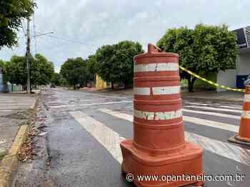 Com areia e pedras, prefeitura tapa 'cratera' na Duque de Caxias - O Pantaneiro