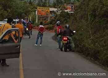 Habilitan tránsito en vía Guatapé - El Peñol, tras remover derrumbe - El Colombiano
