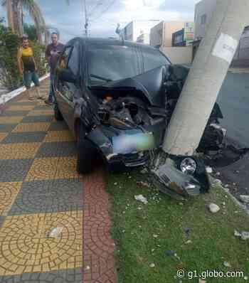 Motorista bate carro em poste durante carreata em Salto de Pirapora - G1
