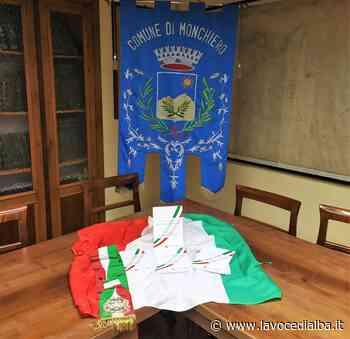 Monchiero: quattro giovani diventano maggiorenni e ricevono la Costituzione Italiana dall'Amministrazione Comunale - LaVoceDiAlba.it