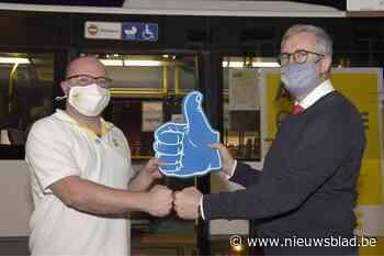 Autocarchauffeurs geven een duim aan collega's van De Lijn