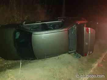 Perseguição policial termina com carro capotado em Itaitinga, na Grande Fortaleza - G1