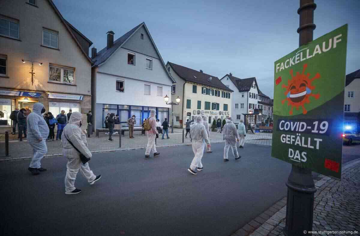 Querdenker demonstrieren in Welzheim - Uniformiert und ausnahmsweise mit Maske - Stuttgarter Zeitung