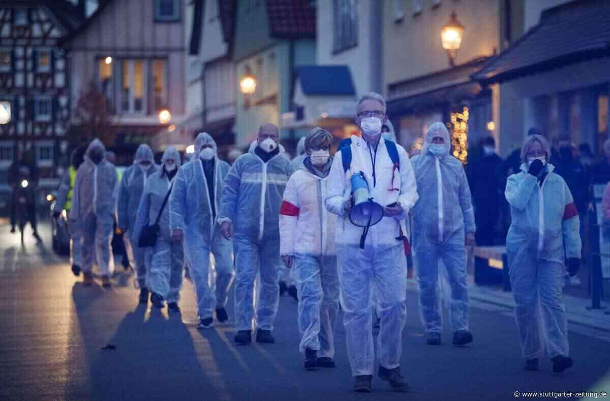 Demonstration im Rems-Murr-Kreis - Querdenker ziehen vermummt durch Welzheim - Stuttgarter Zeitung