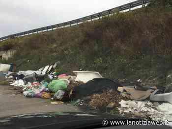 """""""Scrivo per..."""" far rimuovere rifiuti pericolosi nelle complanari della periferia di Cerignola   Foto - lanotiziaweb.it"""