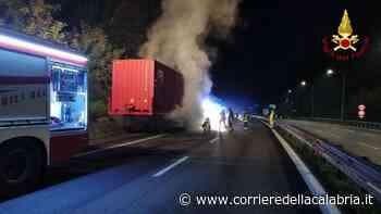 Vibo Valentia, a fuoco un autocarro sulla A2 - Corriere della Calabria