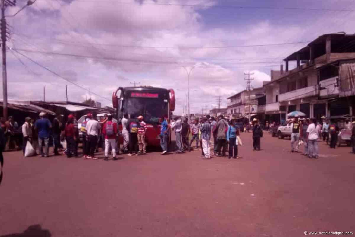 """Trancan calles de Puerto Ayacucho por falta de gasolina: """"La poca que hay la desvían a las minas"""" - Noticiero Digital"""