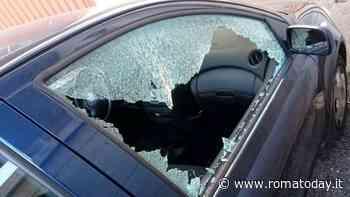 Armato di martelletto infrange vetro di un'auto, ladro in manette