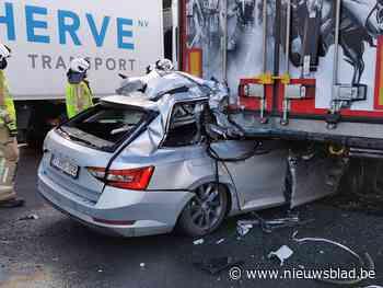 Bestuurder rijdt in op vrachtwagen op E17: overgebracht naar ziekenhuis in kritieke toestand