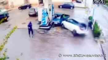 Pompei, auto in corsa si schianta contro apecar ferma dal benzinaio: dramma sfiorato - Il Fatto Vesuviano