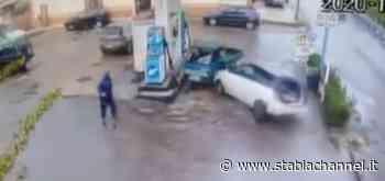 Pompei - Rocambolesco incidente in via Ripuaria, auto senza controllo si schianta in un distributore di benzina - StabiaChannel.it