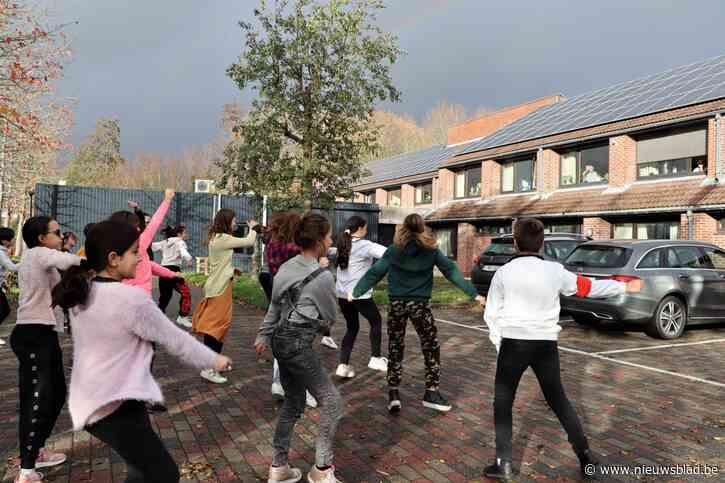 Zesdejaars demonstreren danscapaciteiten in zwaar getroffen woon-zorgcentrum