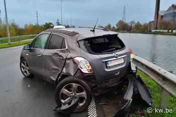 Auto zwaar beschadigd na aanrijding door vrachtwagen op Kanaalweg