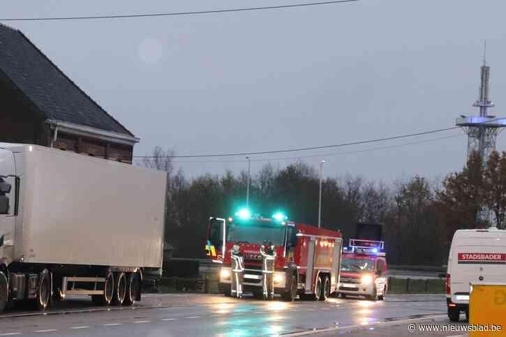 Lekkende camion of bus laat 3 kilometer lang stookoliespoor achter