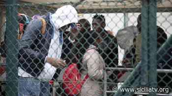 Nuovo sbarco a Lampedusa. Un centinaio in trasferimento a Porto Empedocle - SICILIATV.ORG
